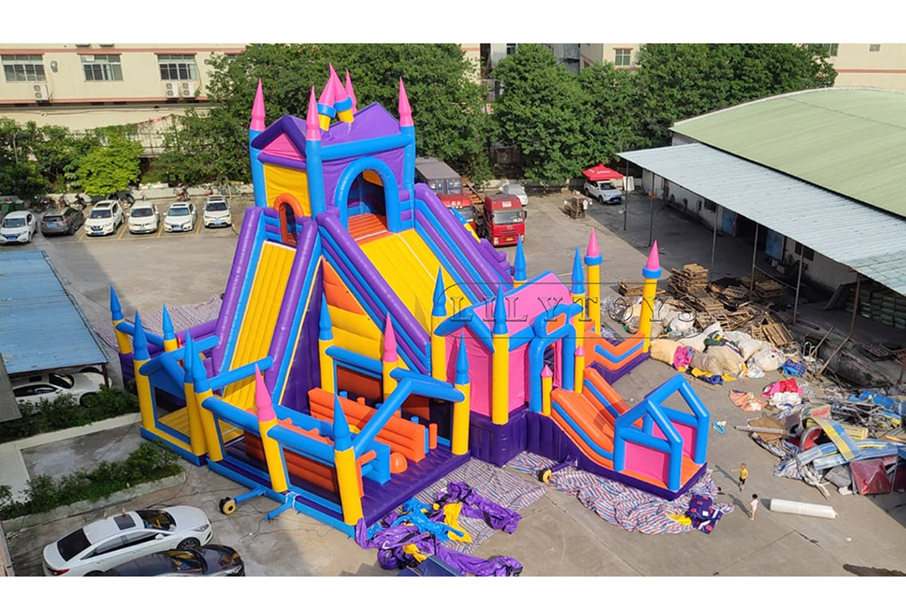 Giant inflatable castle bounce house